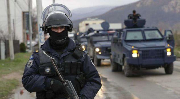 Armatosen rojet, policia me pushkë të gjata