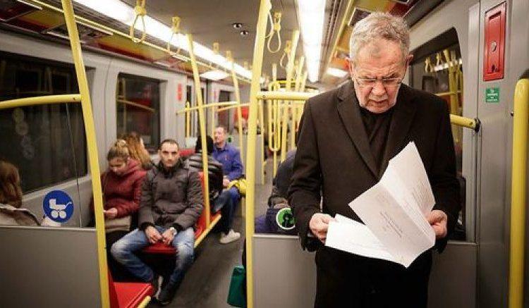 Personi që po qëndron në këmbë në autobus është President i Austrisë