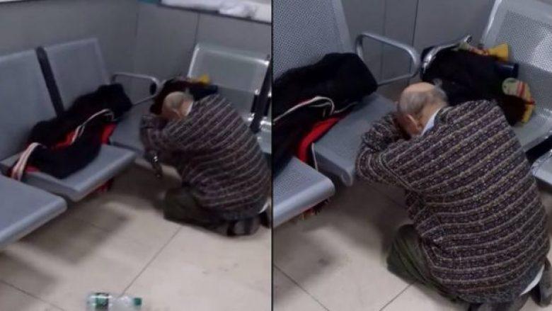 I moshuari lëngon nga sëmundja me orë të tëra në Emergjencën e QKUK-së, stafi mjekësor nuk i ofron trajtim  (VIDEO)