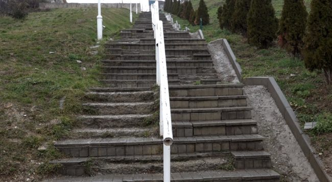 Vetëvendosje akuzon Komunën se as gjatë 2018-s nuk i rregulloi shkallët në Arbëri