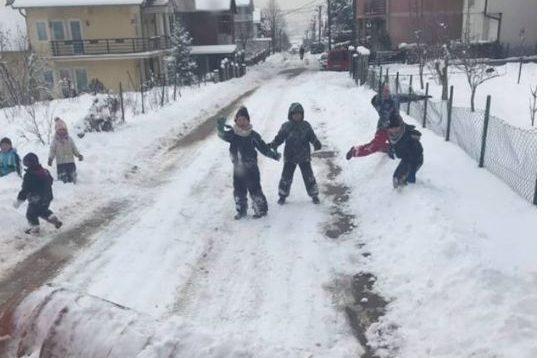 Fëmijët e Prishtinës s'lejojnë kompaninë e pastrimit të largojë borën