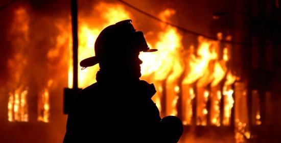 Zjarr në një banesë, lëndohet një çift i moshuar