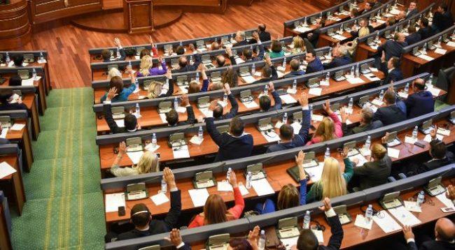Deputetët ua rrisin pagat profesorëve për 24 euro
