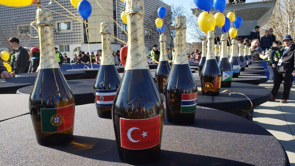 Shampanjë me flamujt e shteteve që kanë njohur  Kosovën