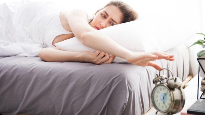 Personat që flenë vonë kanë reagime më të ngadalshme