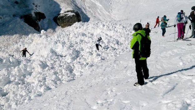 Ende nuk janë gjetur të gjithë skitarët që janë zënë nga ortegu i borës në Alpet e Zvicrës
