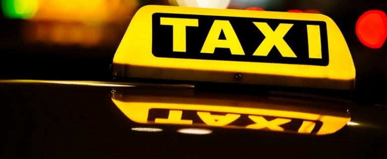Pasagjerët plaçkisin taksistin në këtë qytet të Kosovës