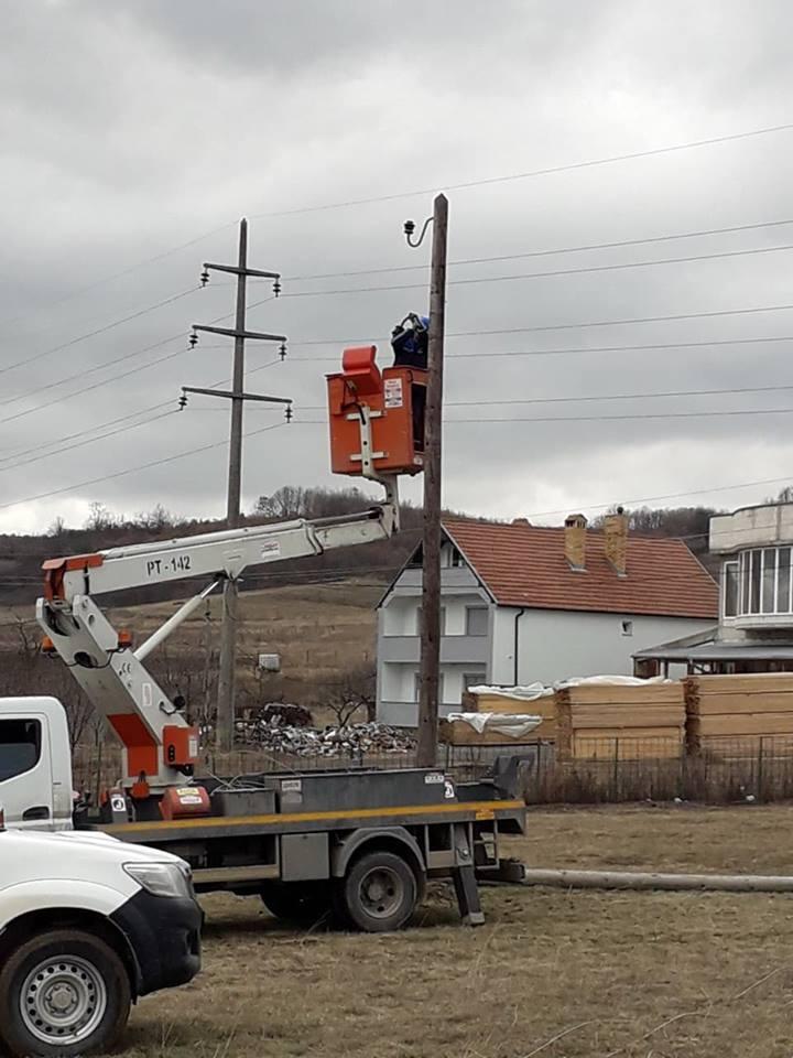 Erërat e forta ndërprenë energjinë elektrike në këto qytete