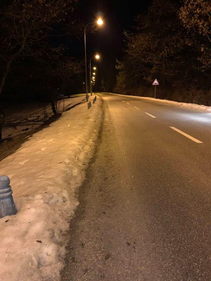 Bora ende vështirëson lëvizjen e këmbësorëve në këtë pjesë të Prishtinës