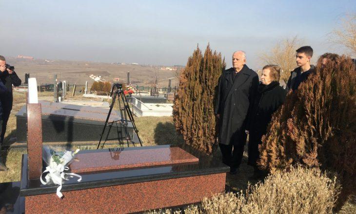 Homazhe tek varri i Arben Xheladinit, babai kërkon drejtësi për vrasjen e djalit të tij