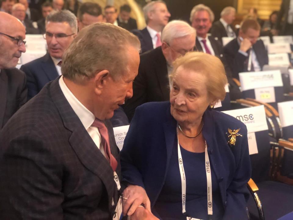 Pacolli e fton Madeleine Albright për vizitë në Kosovë