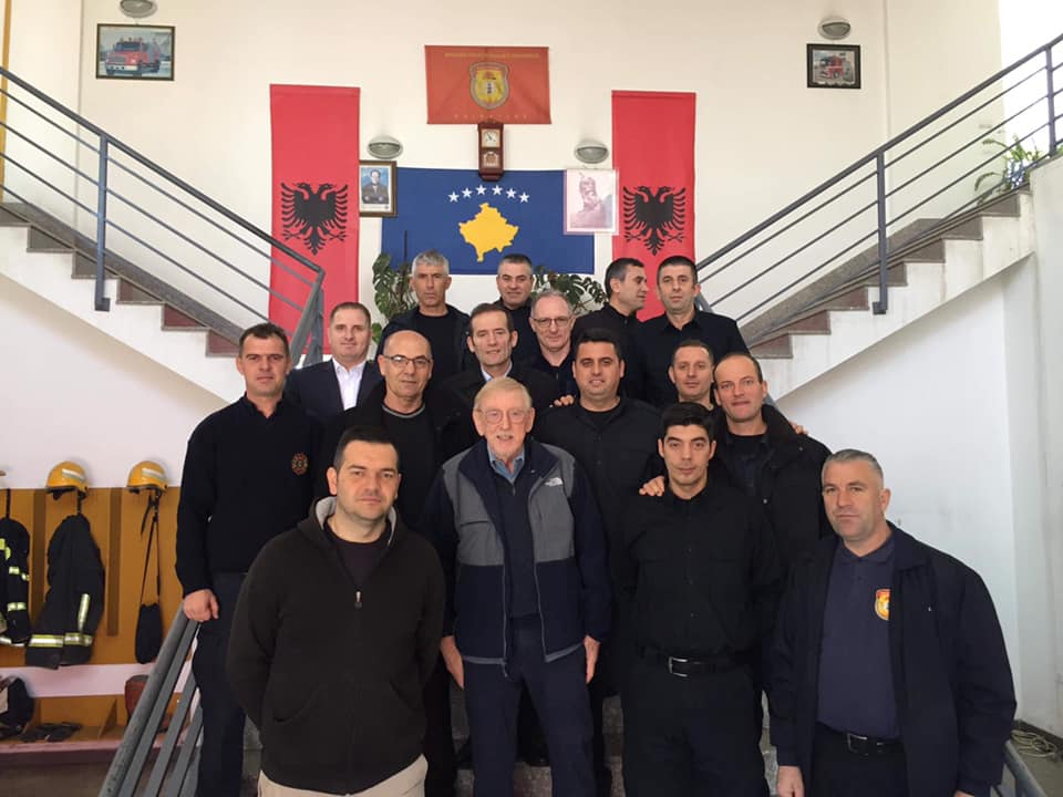 Walker viziton zjarrfikësit e Prishtinës