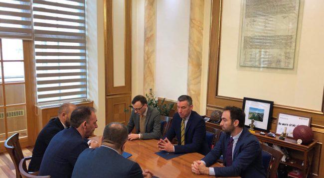 Limaj e Ahmeti i dorëzojnë Veselit platformën për dialog