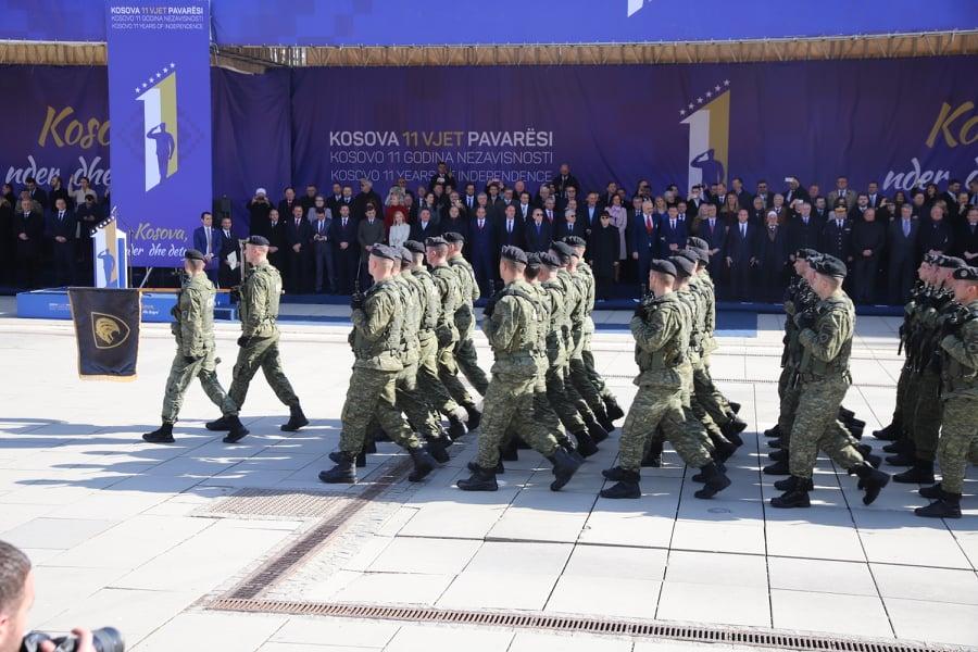Ushtria e Kosovës parakalon në sheshet e Prishtinës (FOTO)