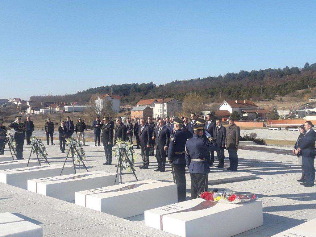 Krerët e shtetit të bashkuar bëjnë homazhe tek varrezat e Jasharajve