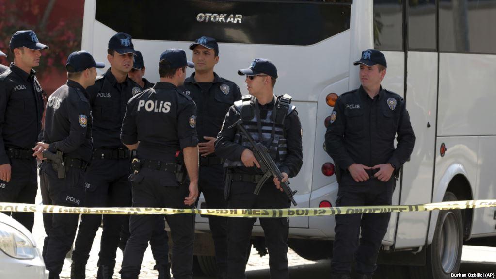 Turqia lëshon urdhër-arreste edhe për mbi 1,000 ndjekës të dyshuar të Gulenit