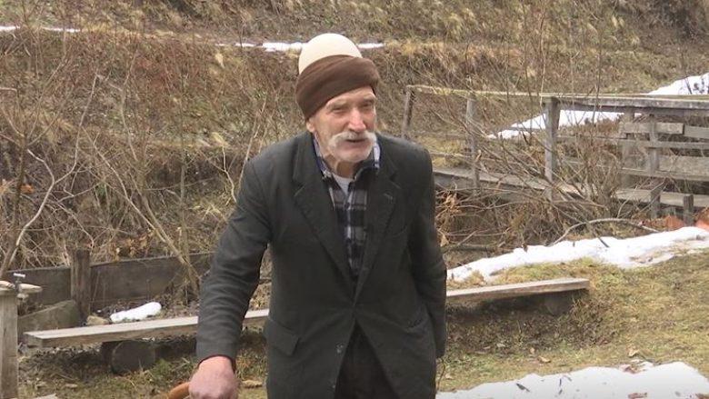 90 vjeçari që refuzon ta braktis fshatin pavarësisht se familja i është larguar