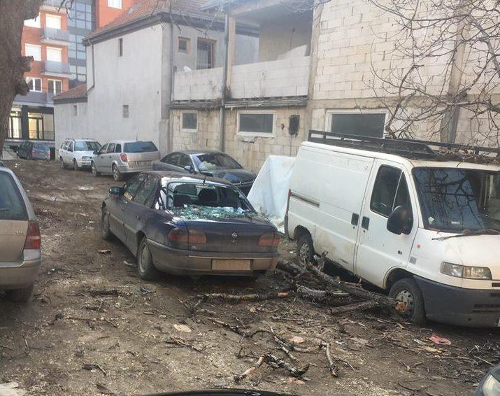 Nga era e fortë dëmtohen disa vetura në Prishtinë (FOTO)