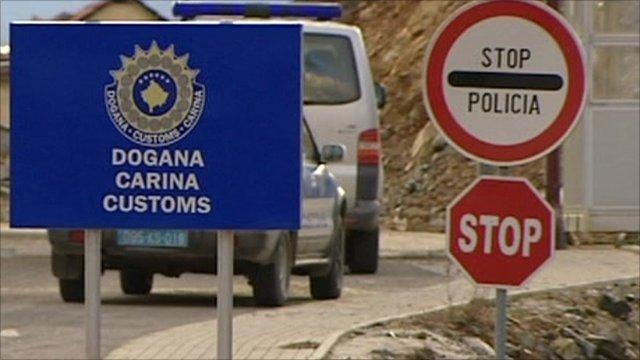 Tre të arrestuar nën dyshimin se donin me dokumente të falsifikuara t'ia merrnin Doganës 15 milionë euro
