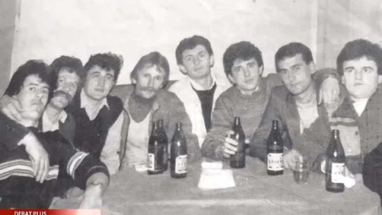 Sabit Geci prezanton një fotografi të vitit 1988 me Adem Jasharin në lokalin e vëllait të Hashim Thaçit