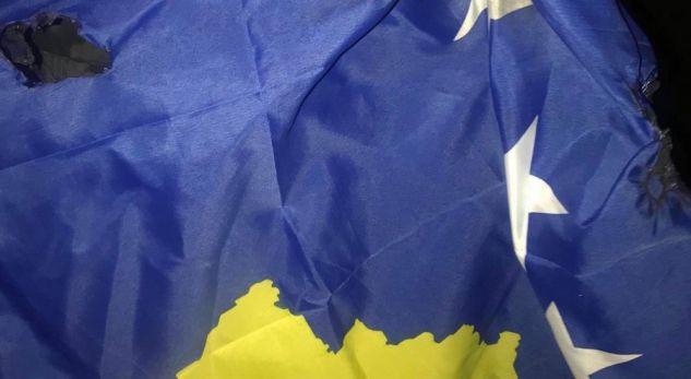 Kosovari në New York u përlesh me serbët kur ata tentuan ta digjnin flamurin e Kosovës