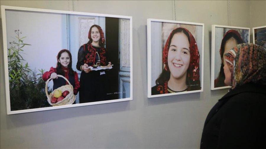 Artistja nga Kuvajti ekspozitë me fotografi për mikpritjen e shqiptarëve