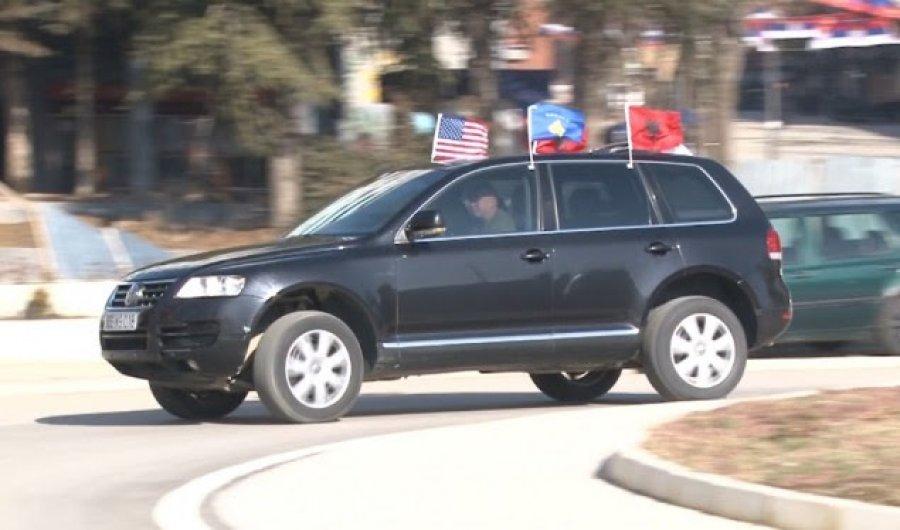 Me flamur shtetëror , kombëtar e të SHBA-së shëtit në veri të Mitrovicës