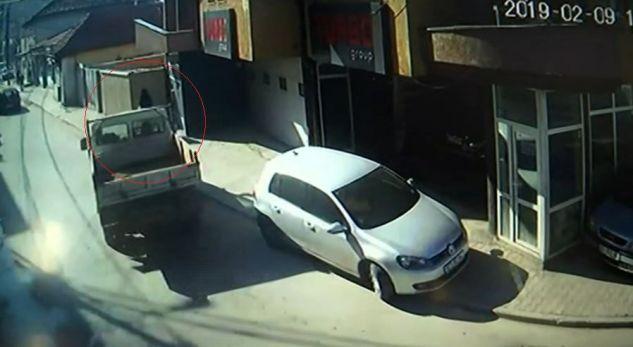 Pamje nga aksidenti në Prishtinë ku mbeti e lënduar 22 vjeçarja shtatzënë