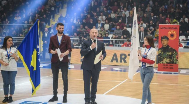Haradinaj uron Rahovecin për Palestrën e Sporteve që mban edhe emrin e dëshmorit Mizahir Isma