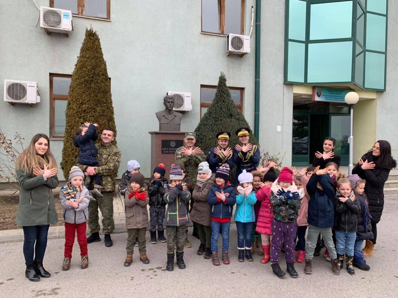 Ushtarët e Kosovës vizitohen nga këta fëmijë
