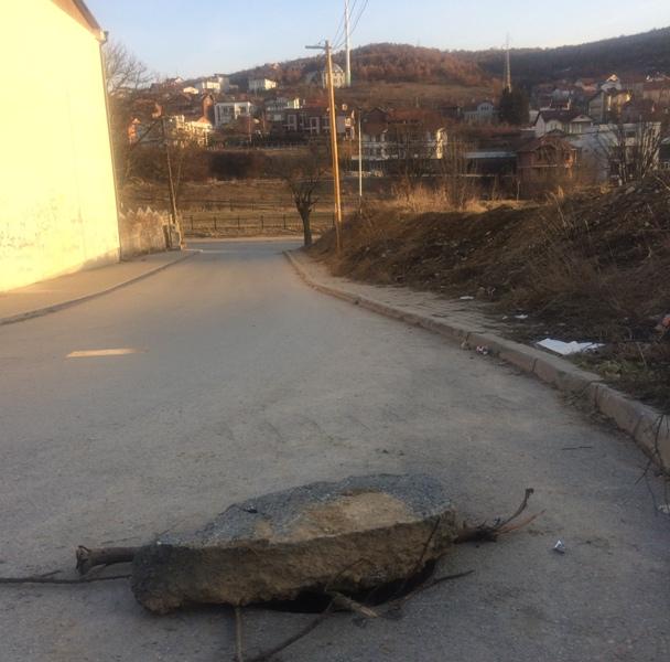"""Rruga e rrezikshme afër shkollës """"Gjin Gazulli"""" në Prishtinë"""