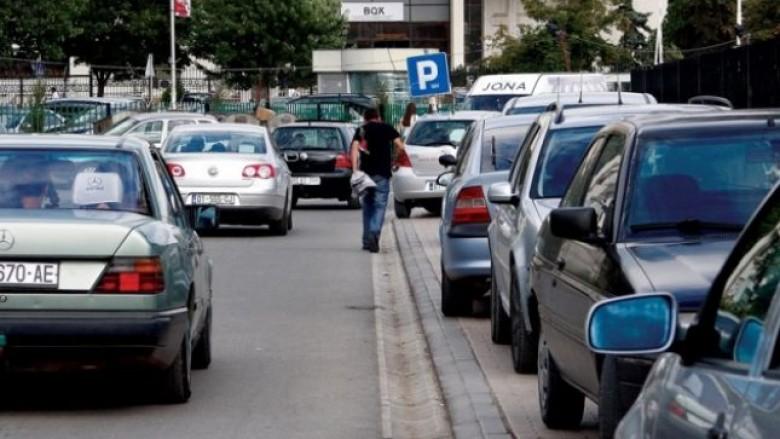 Prishtina ende po përballet me problemet e parkingjeve