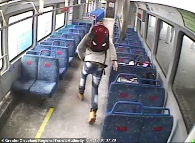 Babai e la vetëm beben në tren, por do të tmerrohet pastaj nga ajo që do t'i ndodhë