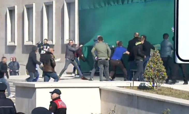 Protestuesit në Tiranë sulmojnë objektin e Kryeministrisë, eskalon gjendja
