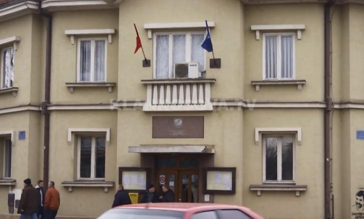 I ndërruan jetë dy antarë të familjes, zyrtari i Komunës së Podujevës  në fund qëllon vetën me revole
