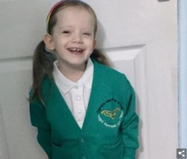 Vajza trevjeçare mbeti e bllokuar në autobusin e shkollës