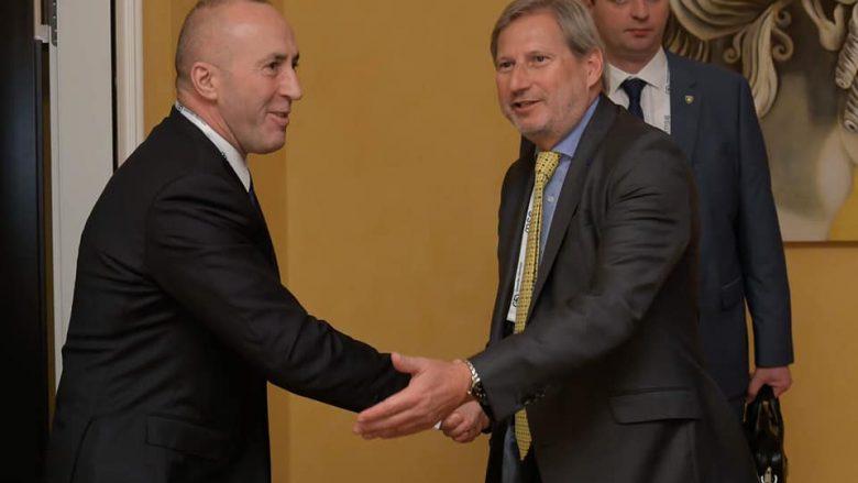 Haradinja në takim me Hahn, tregon qëndrimin e tij ndaj taksës dhe kërkon liberalizmin e vizave