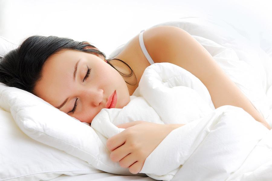 Shtatë orë gjumë çdo natë parandalojnë sëmundjet e zemrës