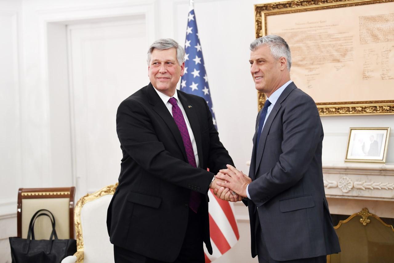 Thaçi takohet me ambasadorin amerikan, pajtohen për këtë çështje