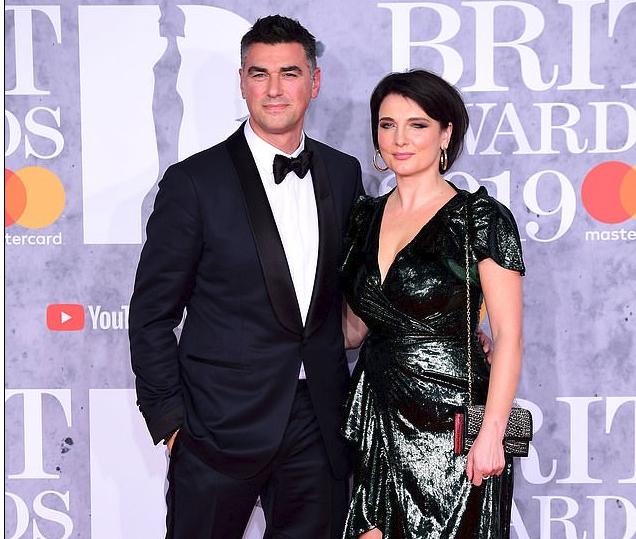 Babai i Dua Lipa tërheq vëmendjen në Brit Awards, shpërthejnë komentet për bukurinë e burrit shqiptar