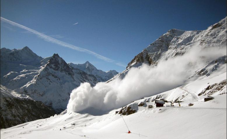 Zbulohen pamjet kur skiatorin e zë orteku në bjeshkë