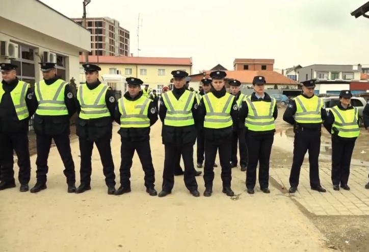 Polici shpërthen në lot gjatë protestës në Drenas