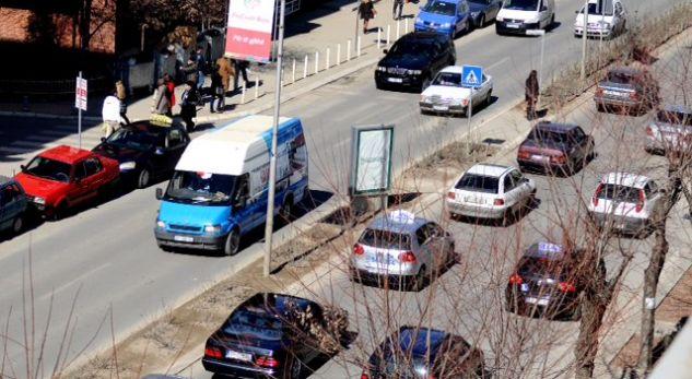 Shtyhet për në këtë muaj aplikimi i pullës mjedisore për veturat në Kosovë