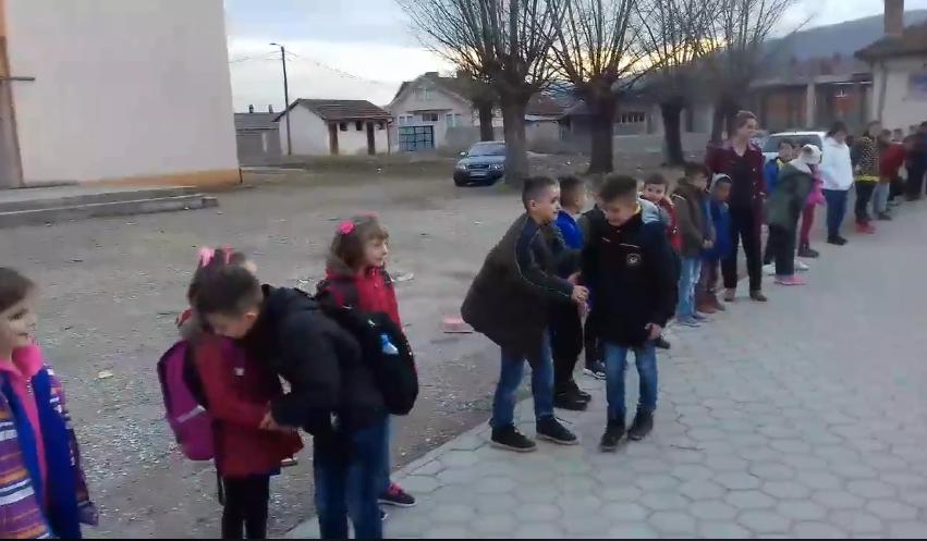Moment emocionues, përshëndesin mësuesit e shokët me lot në sy për të shkuar jashtë vendit