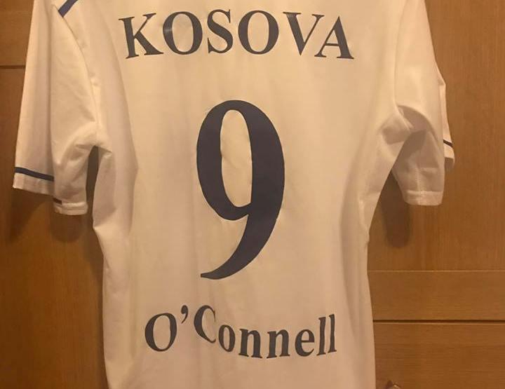 O'Connell me fanellë të personalizuar të kombëtares së Kosovës