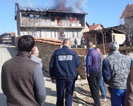 Familjes nga Malisheva iu dogj shtëpia, komuna ua nis gurthemelin e ri