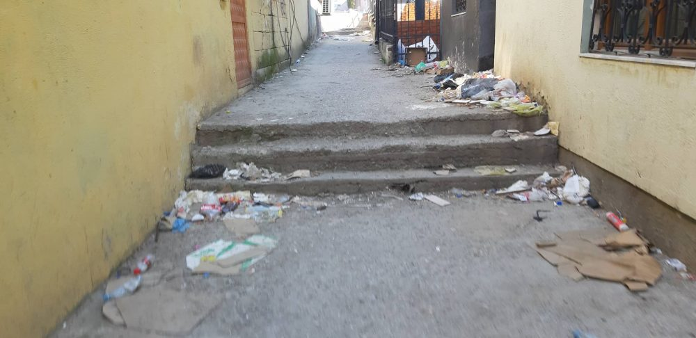 Në qendër të Prishtinës, rruga e shndërruar në deponi bërlloku