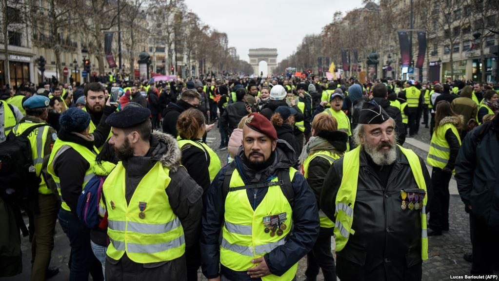 Protestuesit përleshen me policinë në Paris