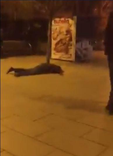 I shtrirë mes sheshit të Prishtinës kërkon lëmoshë duke qarë me zë të lartë