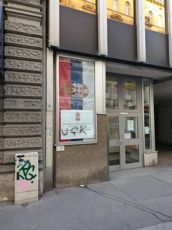 """""""UÇK"""" në hyrje të ndërtesës, kështu reagon Ambasada e Serbisë në Vjenë"""
